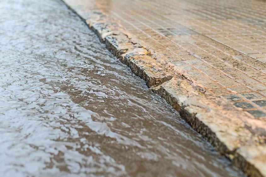 Ruissellement eaux pluviales dans un caniveau pour une étude hydraulique